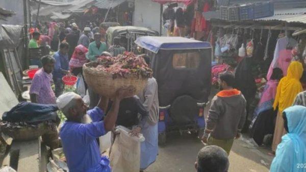 পিরোজপুরে ব্রিজের ওপর সবজির বাজার, ভোগান্তি পথচারীদের