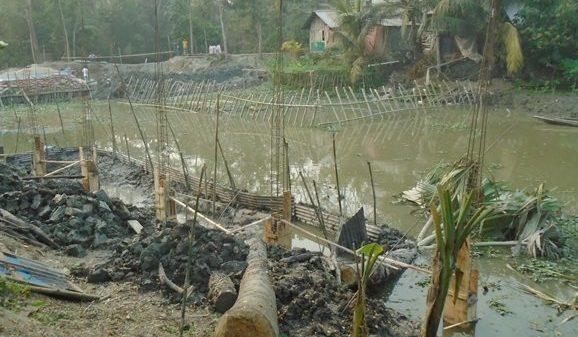 আগৈলঝাড়ায় সরকারি খাল দখল করে ভবন নির্মাণের অভিযোগ