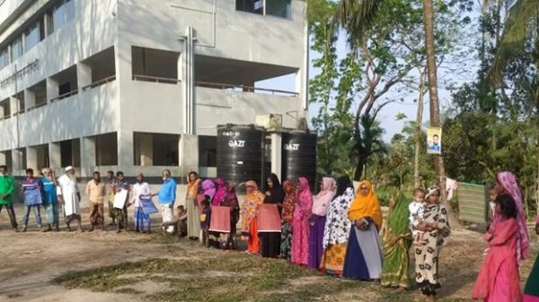 পাথরঘাটার রায়হানপুরে ভোট কেন্দ্র পুনঃস্থাপনের দাবিতে মানববন্ধন
