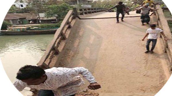 উজিরপুরে গরমের তাপে নদীর মাঝে ডুব দিলো আয়রন ব্রিজটি