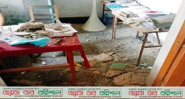 পটুয়াখালীতে বিদ্যালয়ের জরাজীর্ণ ছাদ ভেঙে অফিস সহকারী আহত