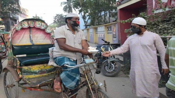 করোনা: ভোলায় ইফতার নিয়ে শ্রমজীবী মানুষের পাশে ছাত্রলীগ