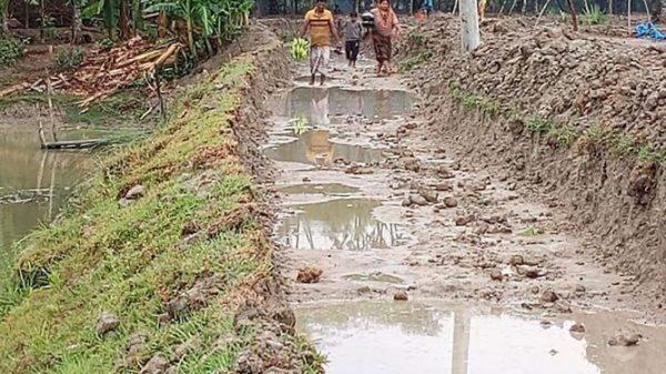 কলাপাড়ায় রাস্তার উন্নয়ন কাজ বন্ধ,জনদুর্ভোগ চরমে