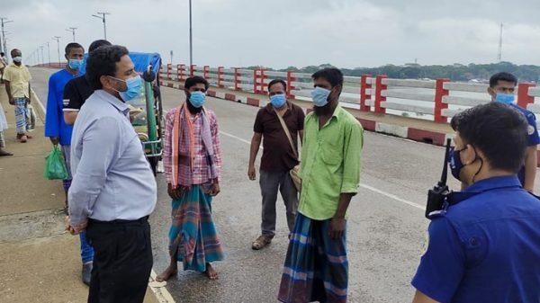 পটুয়াখালীতে মাস্ক না পরায় পথচারীদের জরিমানা