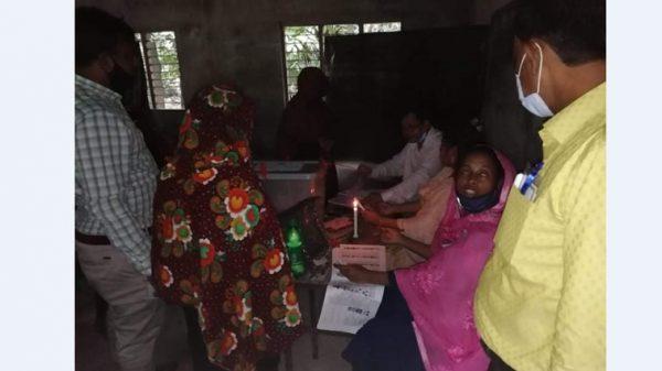 কাউখালীতে মোমবাতির আলোতে ভোট গ্রাহন