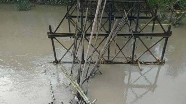 আমতলীতে ভাঙা সেতুর ওপর নির্মিত বাঁশের সাঁকোটি ডুব দিলো নদীতে
