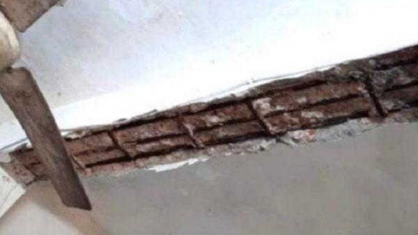 লালমোহনে স্বাস্থ্য কমপ্লেক্সের ছাদের পলেস্তারায় ধস