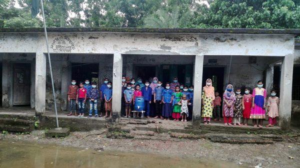 পিরোজপুরে ভবন ধ্বসের আতঙ্ক নিয়ে ক্লাস করছে শিক্ষার্থীরা